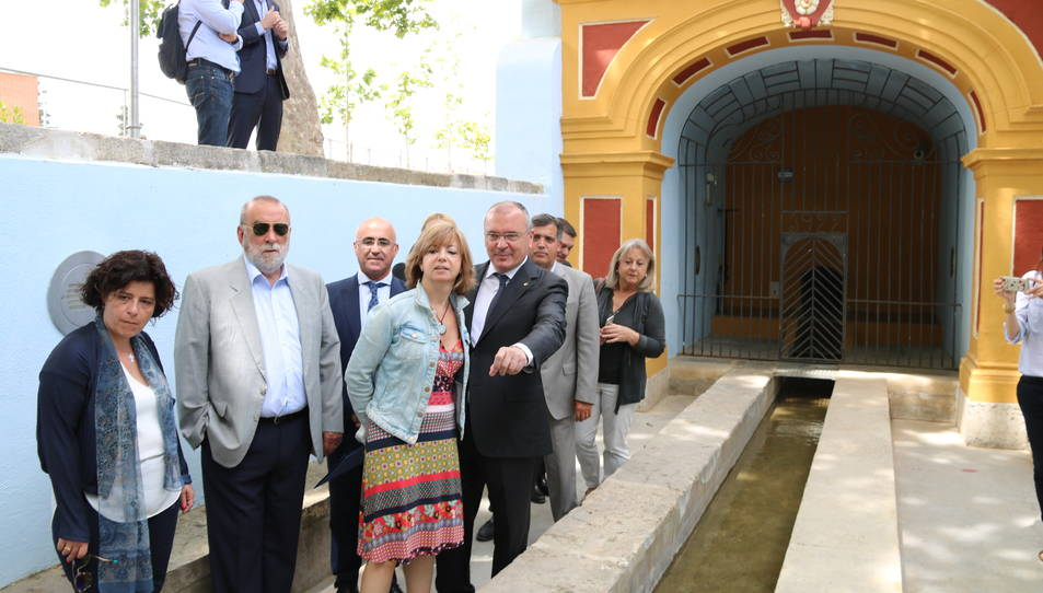 La consellera de Governació, Meritxell Borràs, amb l'alcalde de Reus, Carles Pellicer, a la Boca de la Mina aquest dilluns.