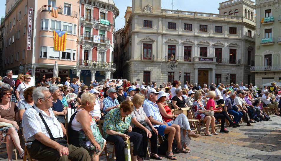 El públic ha pogut gaudir de les actuacions que han ofert diverses entitats.