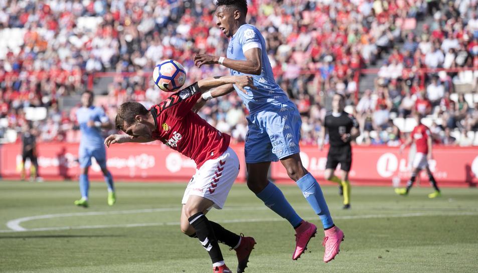 El grana Juan Muñiz perd un salt durant el partit d'aquest diumenge al Nou Estadi contra el Girona.