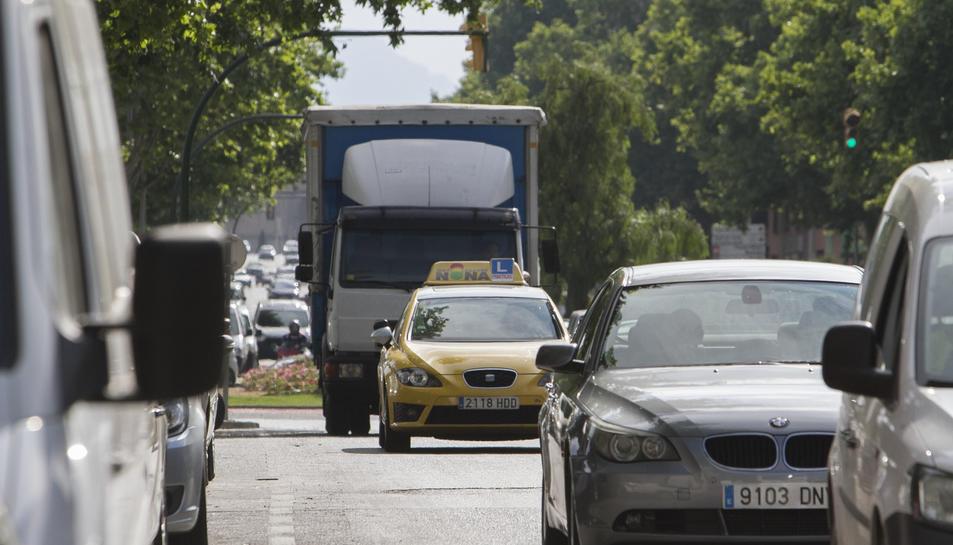 Un cotxe d'una autoescola de pràctiques circula per la via pública pel municipi de Vila-seca.