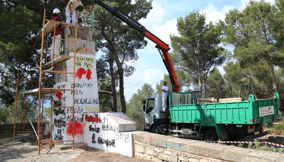 Pla obert dels treballs d'enderroc del monòlit franquista del Coll del Moro. Imatge del 30 de maig de 2017
