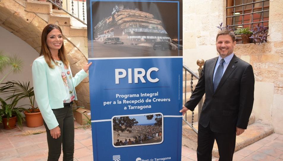 La regidora de Turisme de l'Ajuntament de Tarragona, Inma Rodríguez, i el president del Port de Tarragona, Josep Andreu, davant un cartell promocional del Programa integral per a la recepció de creuers, el 30 de maig del 2017.