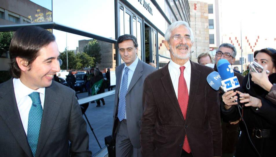 Recaredo del Potro, president d'ESCAL UGS, somrient a la dreta de la foto, amb els seus advocats, a la sortida dels jutjats de Vinaròs.