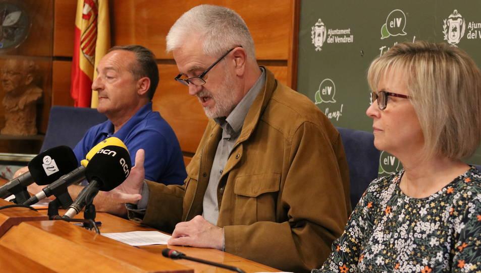 L'alcalde del Vendrell, Martí Carnicer, al costat dels socis de govern, Eva Serramià i Josep Marrasè, en roda de premsa aquest dimarts.
