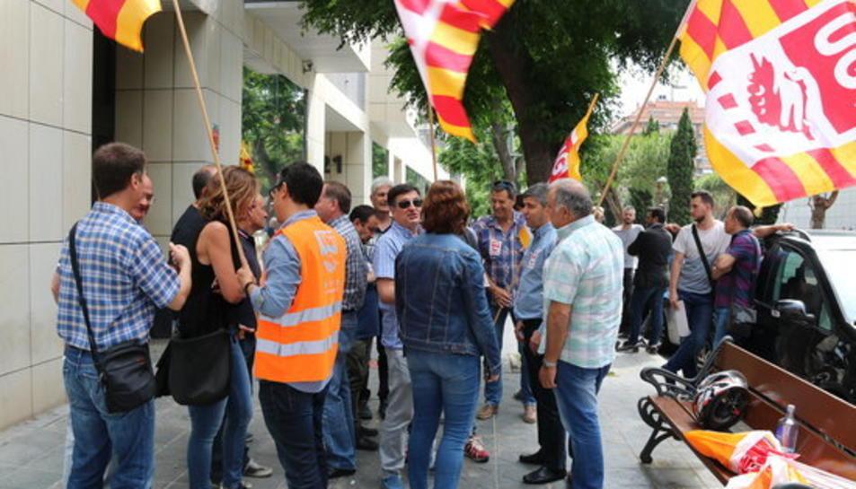 Protesta dels treballadors de Fecsa Endesa a Tarragona en suport d'un treballador acomiadat per suposat frau, davant del Jutjat Social de la ciutat, el 30 de maig del 2017.