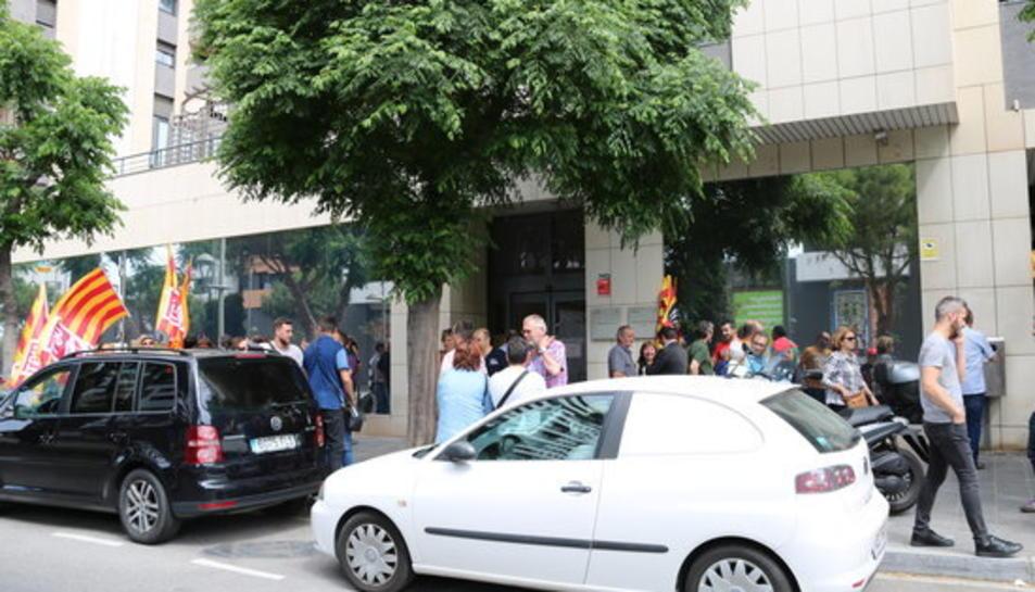 Protesta dels treballadors de Fecsa Endesa a Tarragona en suport d'un treballador acomiadat per suposat frau, davant del Jutjat Social de la ciutat, el 30 de maig del 2017