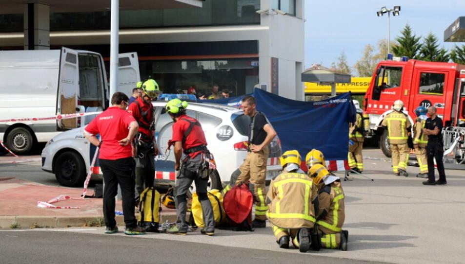 S'hi han desplaçat deu dotacions dels bombers de la Generalitat i un helicòpter dels GRAE.