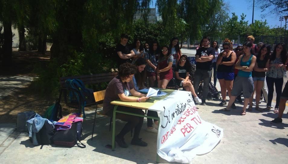 Desenes d'estudiants van concentrar-se dimecres al matí davant de la facultat d'Educació.