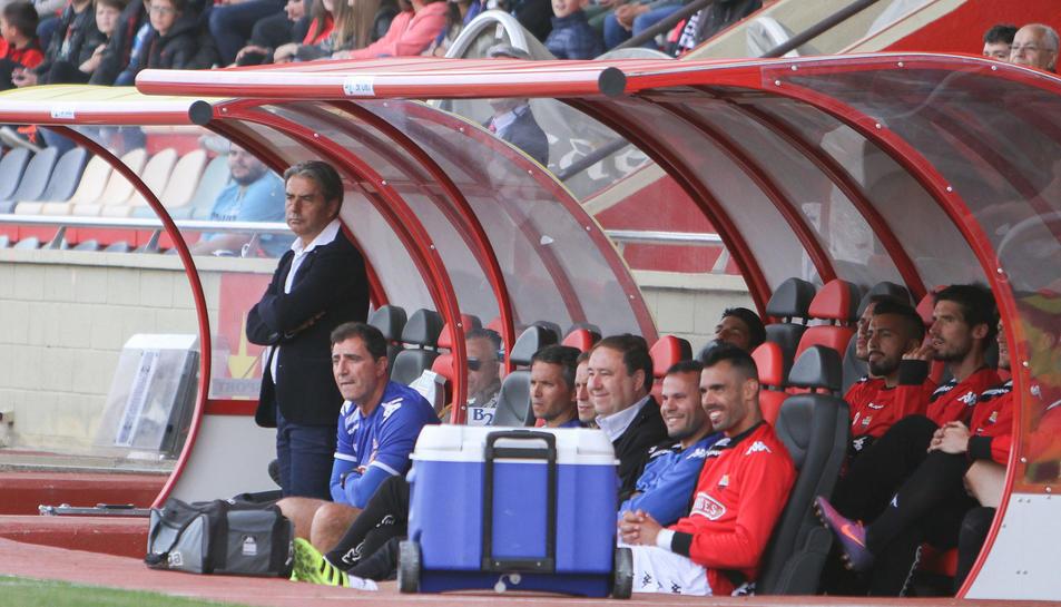El tècnic del CF Reus, Natxo González, dempeus, a la banqueta roig-i-negra durant un dels partits.