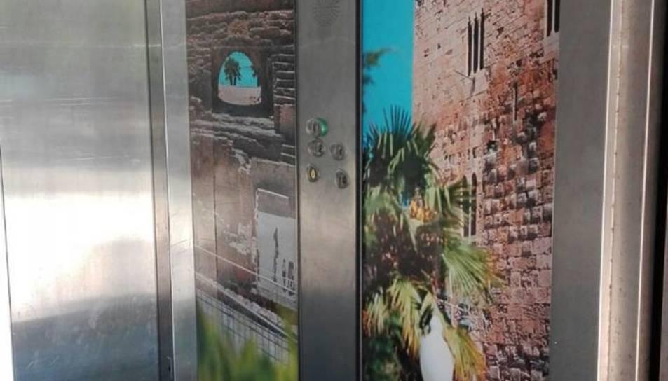 Imatge dels vinils col·locats a l'ascensor.