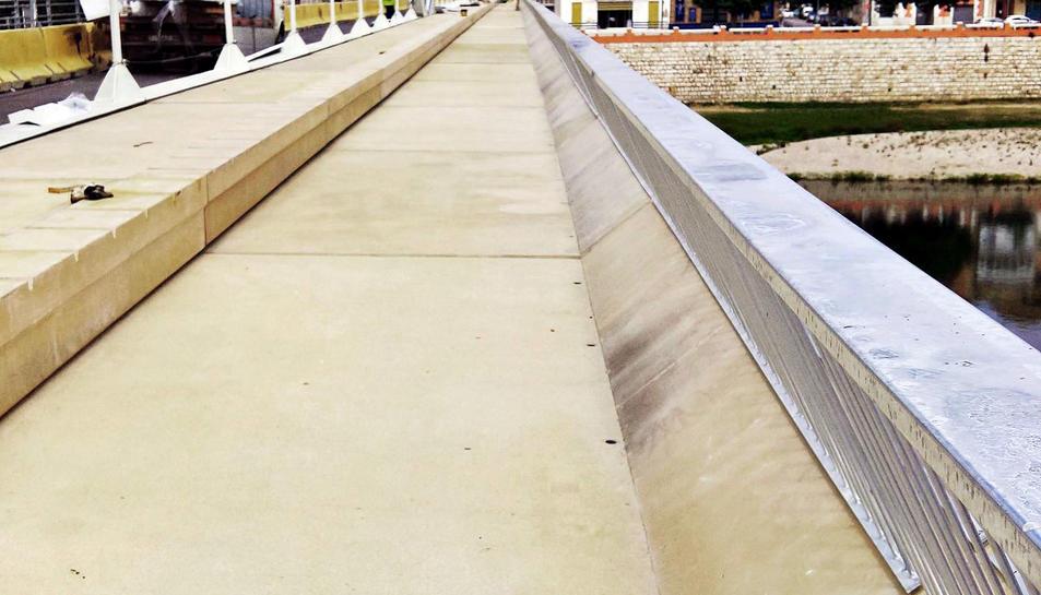 Pla general de la primera passarel·la de vianants rehabilitada del pont de l'Estat de Tortosa. Imatge del 31 de maig de 2017 (horitzontal)