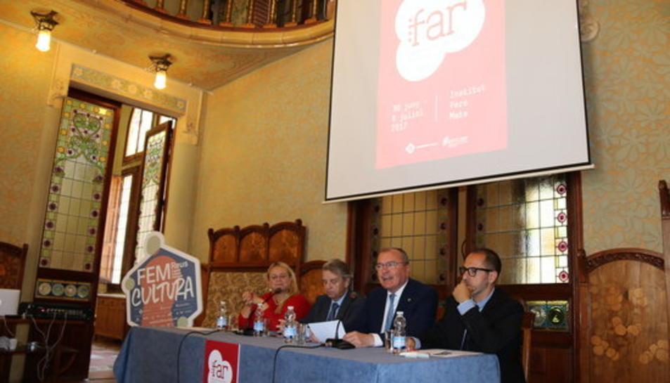 Pla general de la presentació del nou Festival de les Arts de Reus, amb la presència de l'alcalde i la regidora de Cultura, el director de l'Institut Pere Mata, Joan Amigó, i el creador del festival, Francesc Cerro, el 31 de maig del 2017.