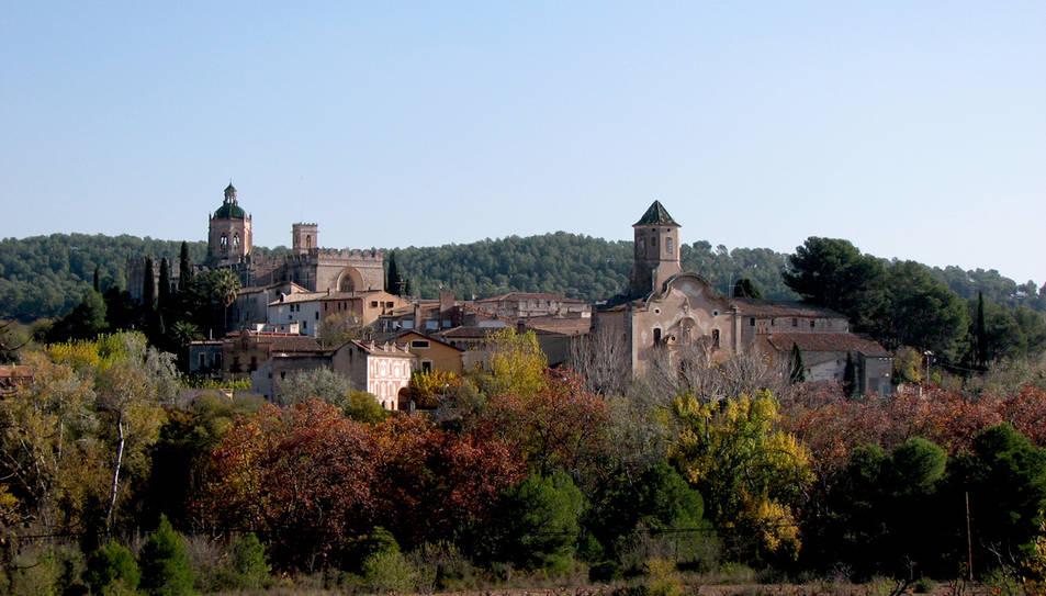 Imatge de Santes Creus, amb el monestir a l'esquerra.