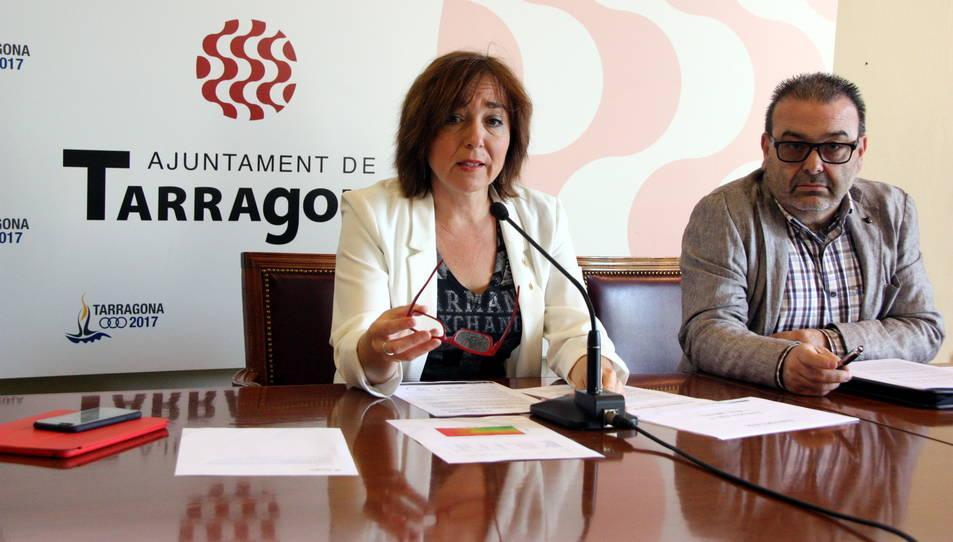 La tinent d'alcalde de Mobilitat i presidenta de l'EMT, Begoña Floria, i el gerent de l'EMT, Mario Cortés, durant una roda de premsa del 2015.