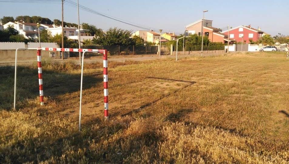 El camp de futbol, igual que la pista de petanca, està ple d'herbes que no deixen jugar als nens.