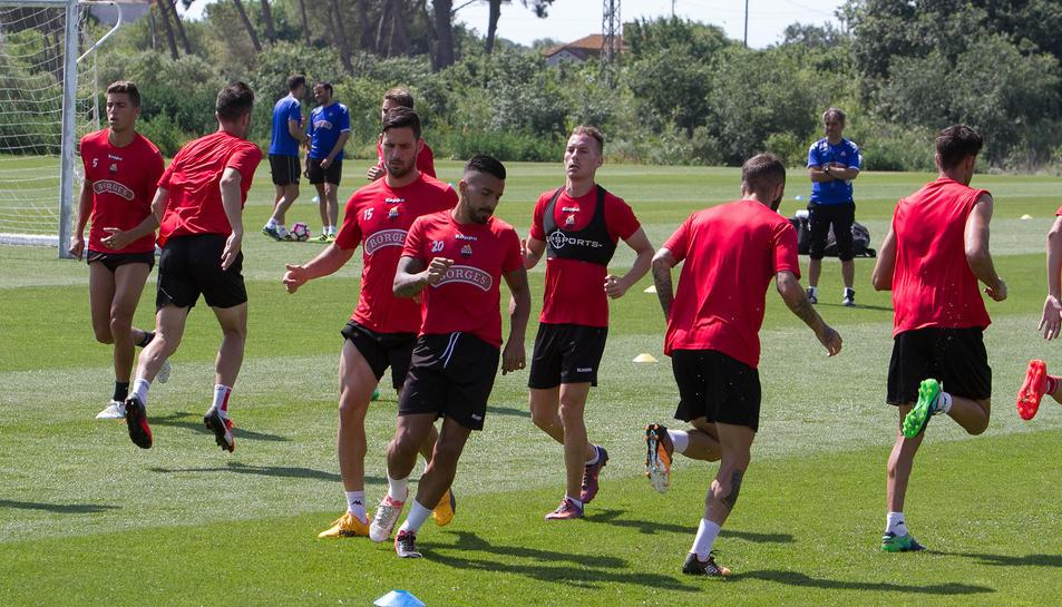 Jugadors del CF Reus entrenen sota la mirada de l'entrenador Natxo González, en la sessió d'ahir dimecres.