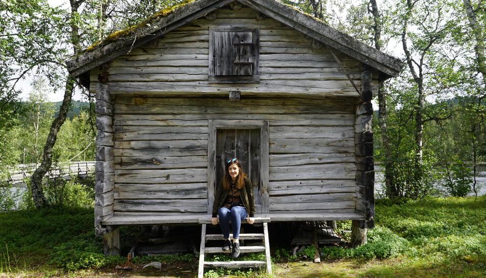 Cristina Muñoz en una visita a un dels campaments Sami, a una antiga casa lapona.