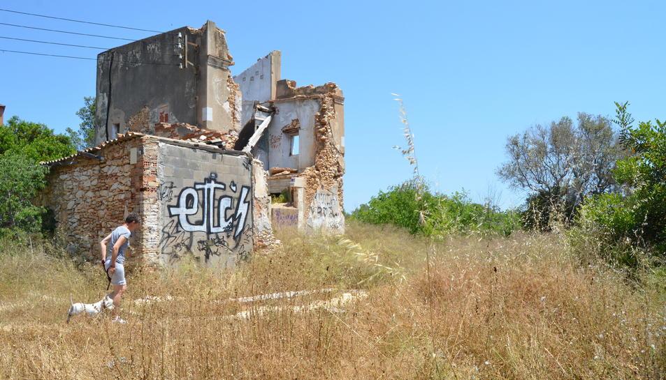 La masia està abandonada des de fa quatre anys, però segons diuen els veïns, té propietari.