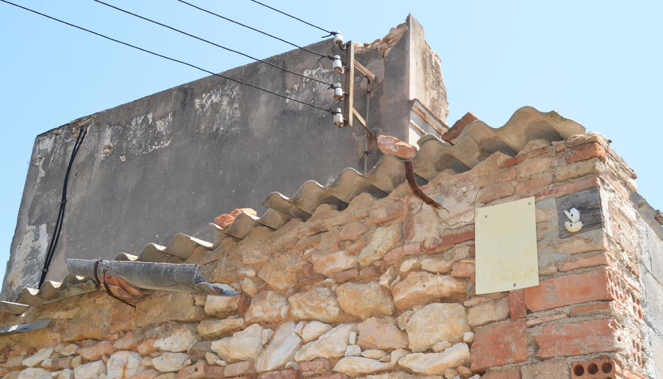 Detall del mal estat de la teulada d'uralita, que és tòxica.