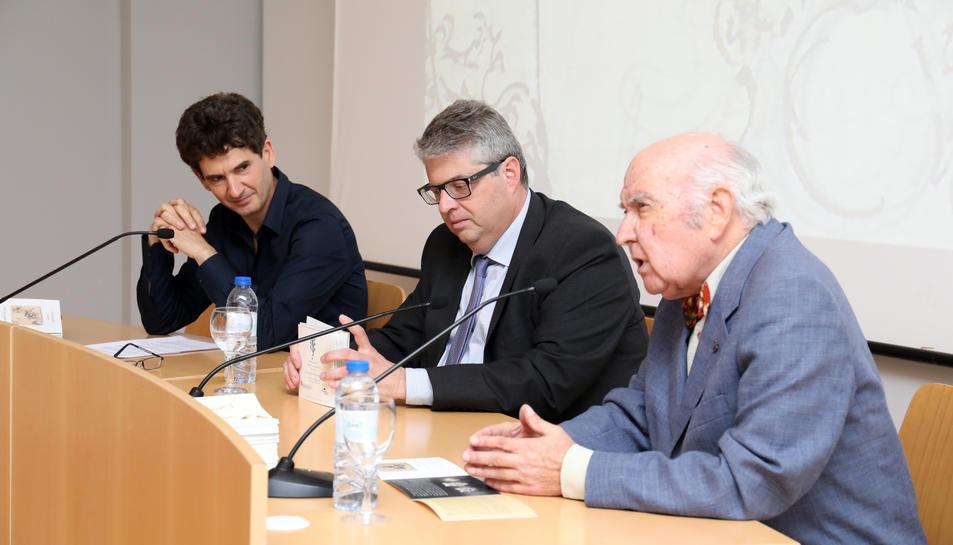 Serramià, Agràs i Jujol, durant la presentació dels anells a la Casa de Cultura.