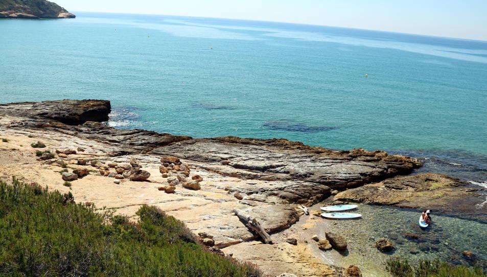 Pla general del moll romà localitzat a la platja de Roca Plana, a Tarragona, amb la punta de la Móra al fons.