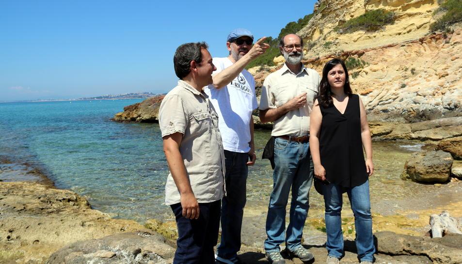 Els arqueòlegs damunt la roca que servia d'embarcador romà a Tarragona.