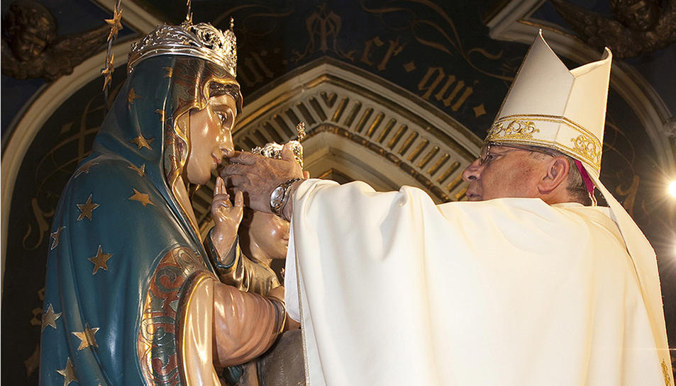 L'Arquebisbe imposant les noves corones a la imatge de Nostra Senyora del Sagrat Cor i al Nen Jesús.