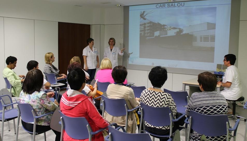 Imatge de família del grup d'infermers visitant el CAR de Salou