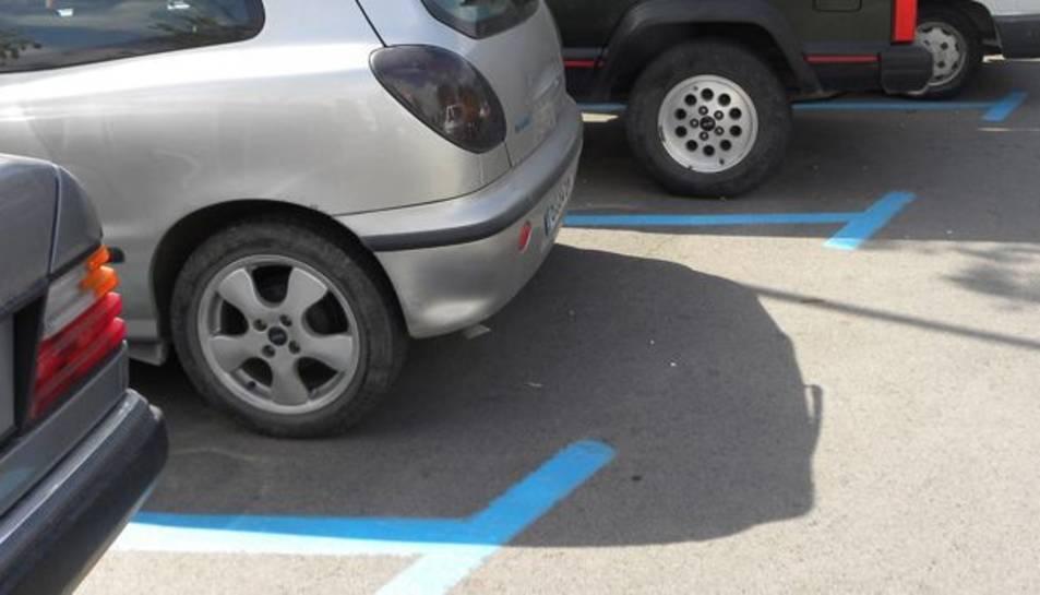 Vehicles estacionats en una zona blava de la localitat.