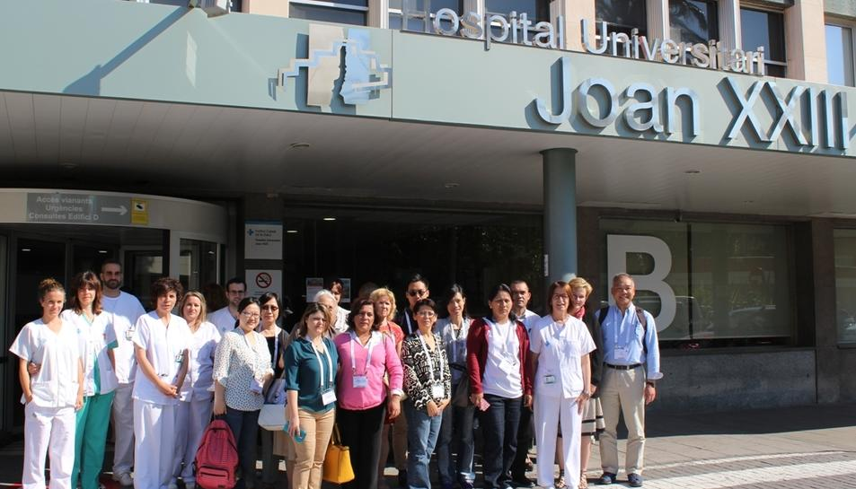 Imatge de família del grup d'infermers que han visitat el Joan XXIII.