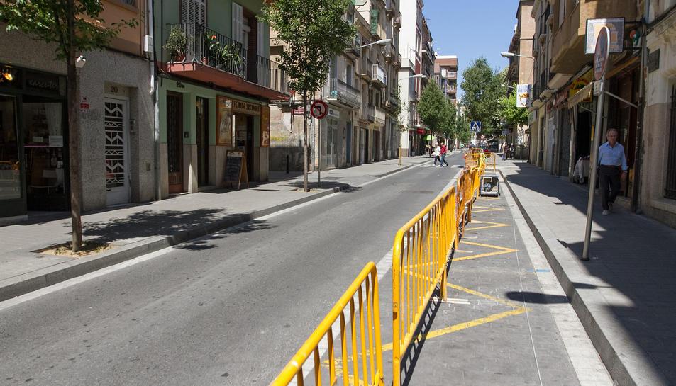El carrer Ample tallat prohibint l'aparcament abans de les obres.