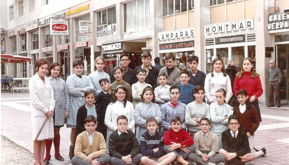 Alumnes i professores d'una de les classes de l'acadèmia, el 1967.