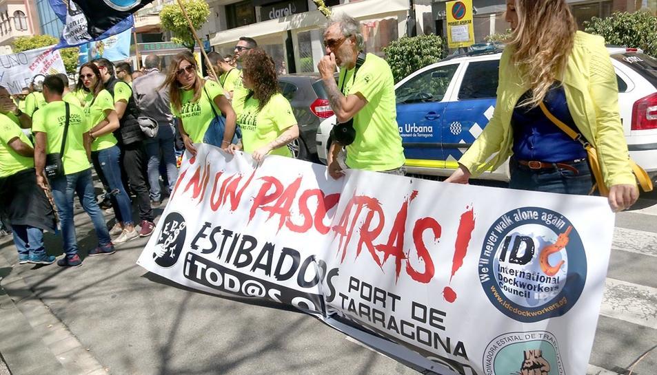 Estibadors del Port de Tarragona durant la passada manifestació del Primer de Maig.