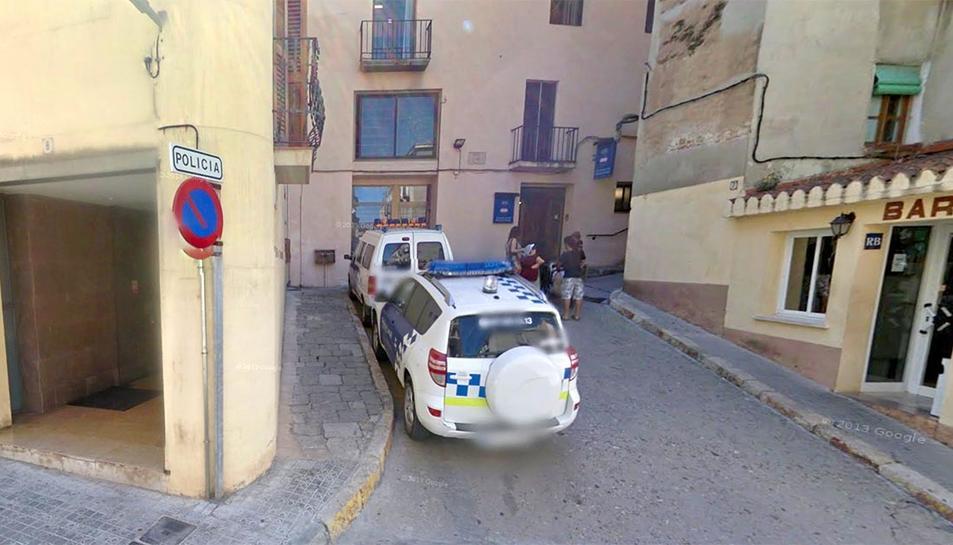 Imatge de l'accés a les dependències de la Policia Local de Valls.