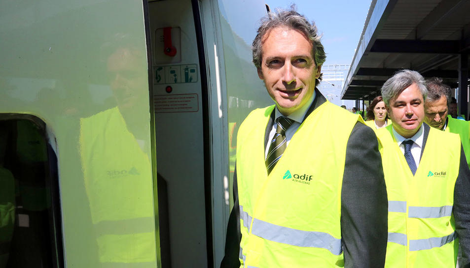 Íñigo de la Serna, pujant a un tren laboratori d'Adif, a l'estació de Cambrils, per supervisar el tram del Corredor Mediterrani fins a l'Hospitalet de l'Infant.
