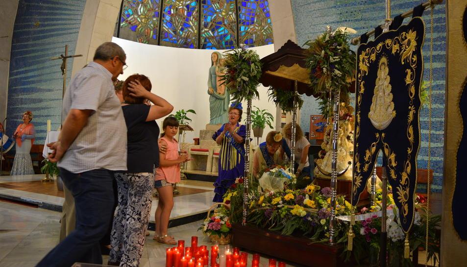 Ofrenda en la Virgen del Rocío