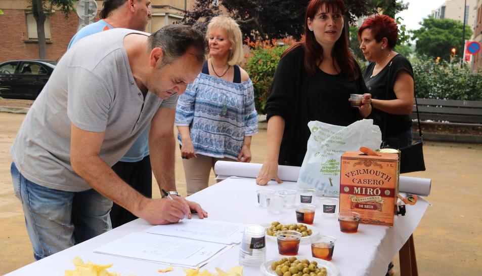 Pla mig d'un veí signant contra la pobresa energètica a Reus. Imatge del 3 de juny de 2017