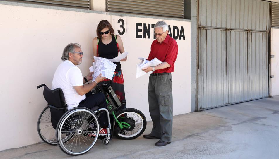 Mas i Escudier mostren documents a la porta 3 de les cotxeres.