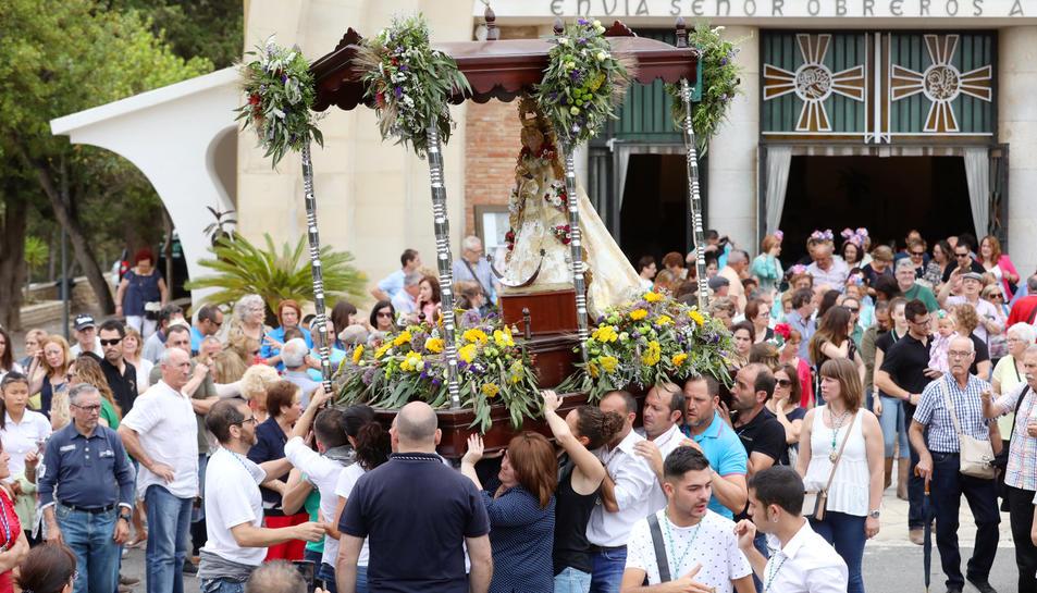 Un moment del recorrugut que es va fer ahir per l'exterior del Santuari de Loreto.
