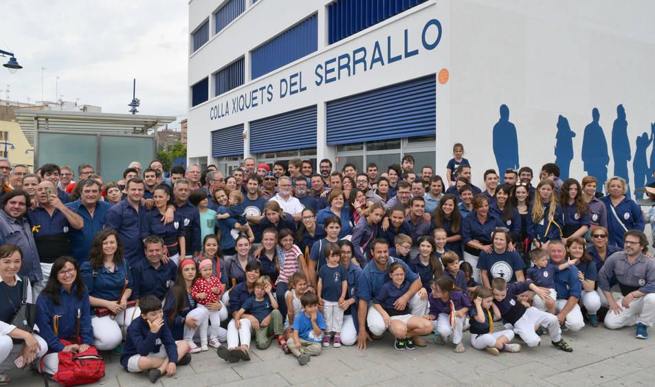 Fotografia de familia davant el nou local dels mariners.