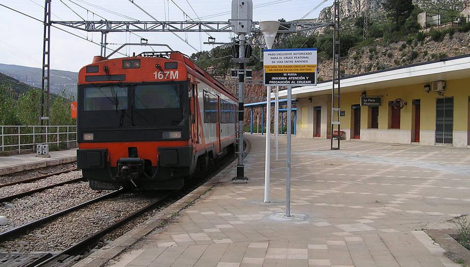 Un tren a l'estació de La Plana Picamoixons