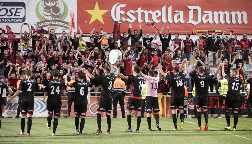 Els jugadors van tornar a agafar-se de les mans per compartir el 2-0 amb la graderia.