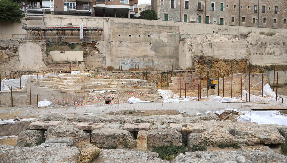Els pilars que rodegen les grades formen part de l'estructura.