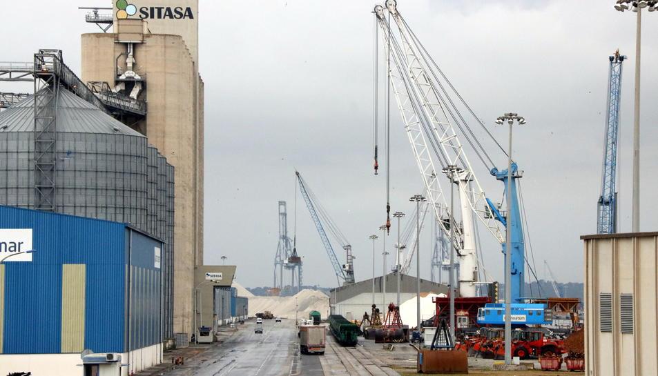 Gran pla general d'un moll del Port de Tarragona coincidint amb una de les hores d'aturades intermitents dels estibadors. Imatge del 5 de juny del 2017