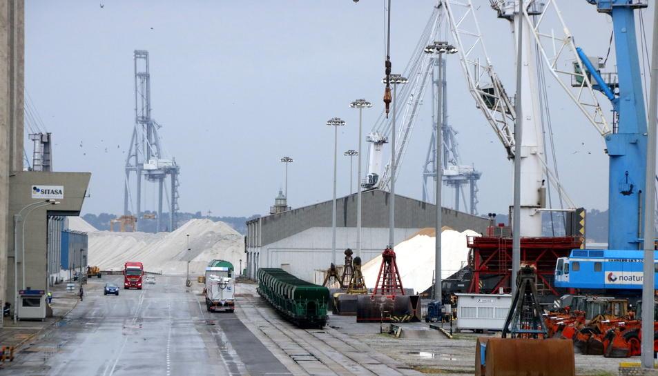 Pla obert de l'activitat en un moll del Port de Tarragona coincidint amb una de les hores d'aturades intermitents dels estibadors. Imatge del 5 de juny del 2017