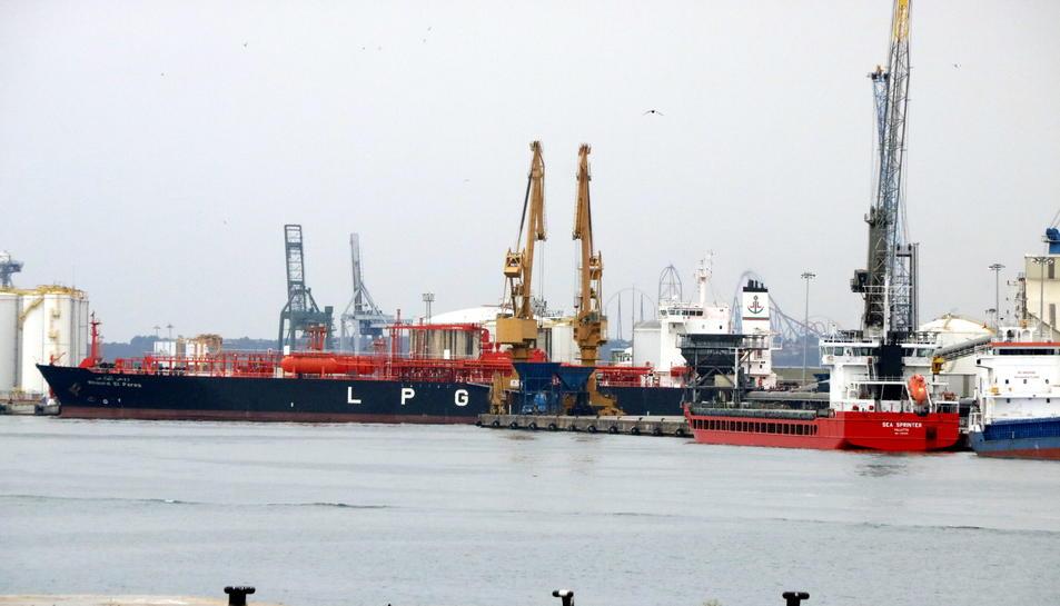 Pla tancat de diversos vaixells de mercaderies al Port de Tarragona. Imatge del 5 de juny del 2017