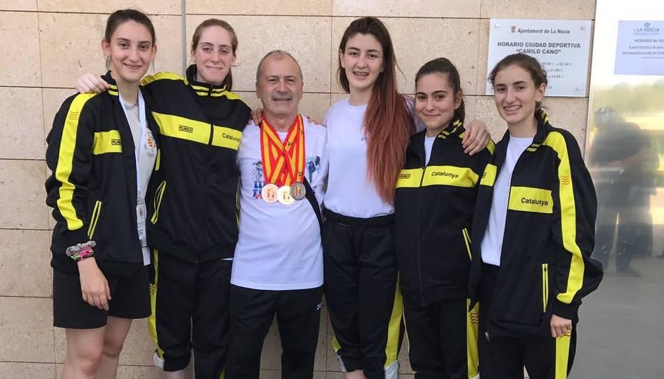 Les joves amb les medalles aconseguides a La Nucia, on hi han participat com a esportistes de la Selecció Catalana de Taekwondo.