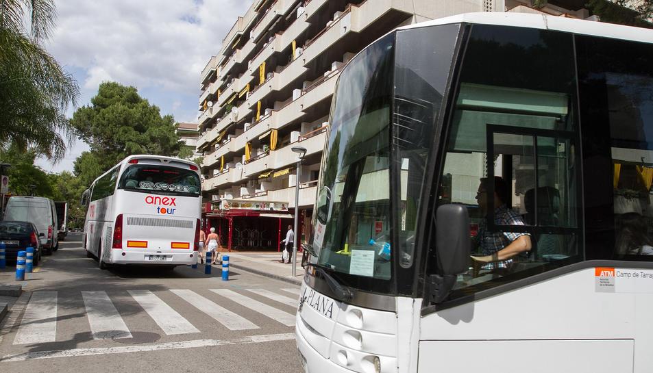 Dos autobusos entrant al carrer Murillo de Salou.