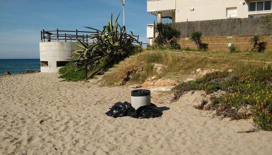 Una de les papereres de la platja que acumula bosses.