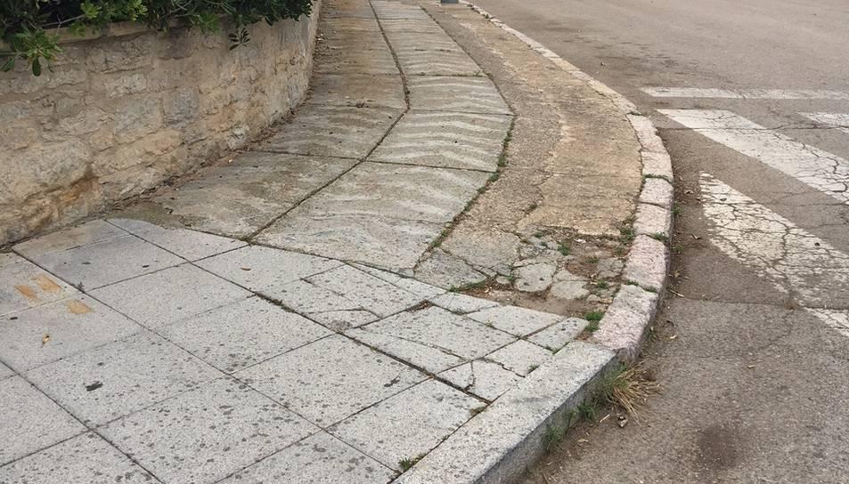 Un dels carrers de la zona de la urbanització Masia Blanca, amb la vorera malmesa.